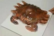 """女孩过生日收到一只""""巨型""""螃蟹,切开后连壳一起吃"""